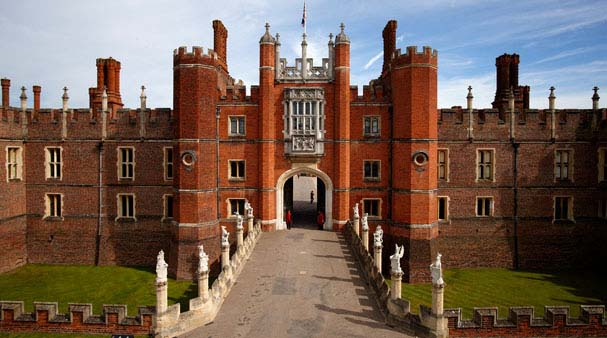 HamptonCourtPalace1
