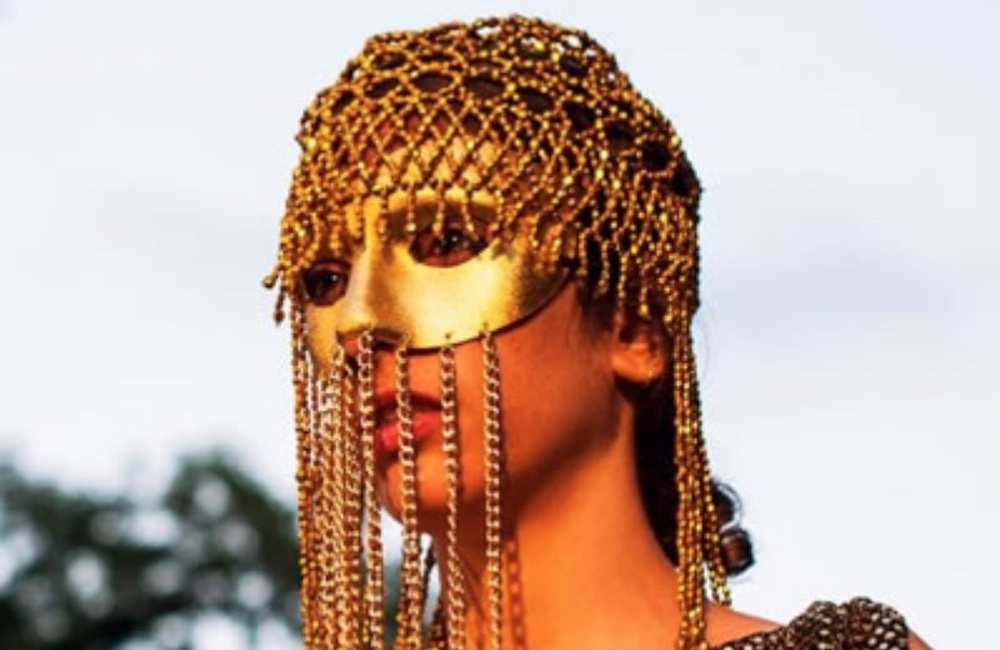 lady in Cleopatra head dress