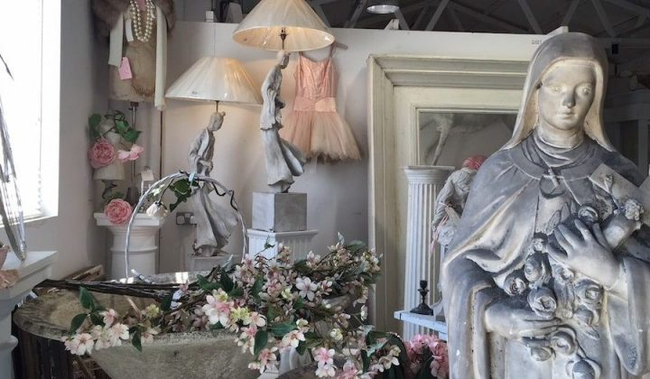 flight house shabby chic interior design pink dress lamps flowers