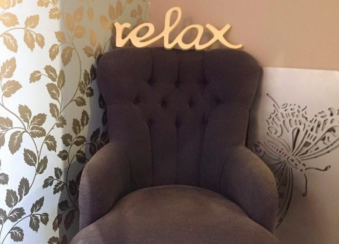 monera beauty clinic chair relax sign golden leaves wall